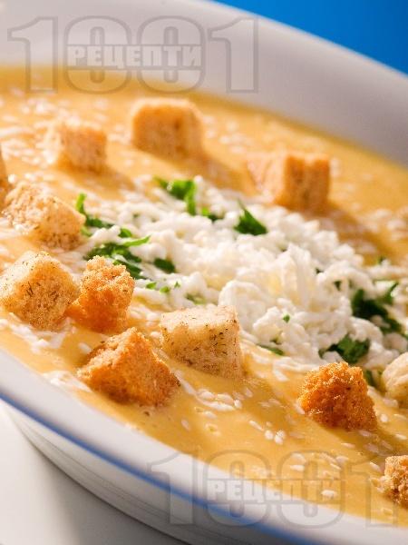Зеленчукова крем супа с картофи, моркови, спанак и тиква поднесена с крутони и настъргано сирене - снимка на рецептата